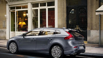 Volvo V40 debuts first pedestrian airbag [video]