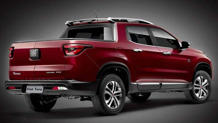 Fiat Toro returns to show rear end and massive badge