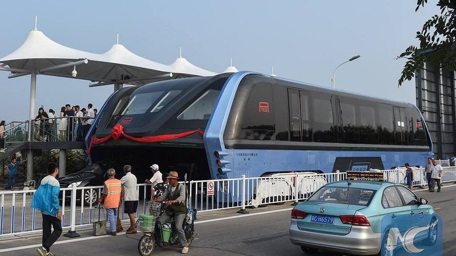 China's 'straddling' bus lies abandoned, forgotten