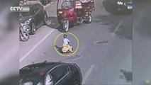 Cet enfant prend la route sur son porteur... et personne ne s'arrête !