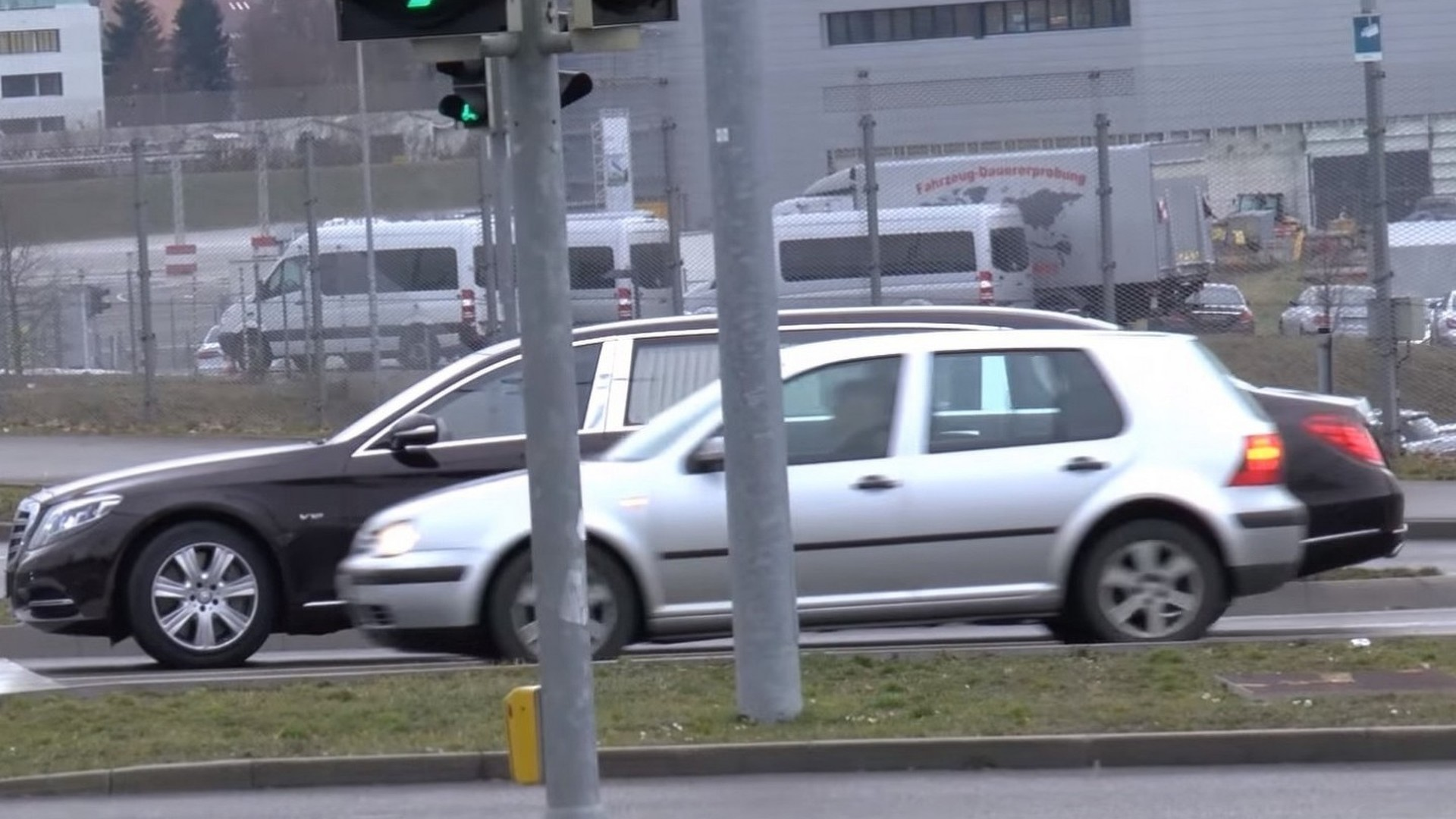 Mercedes-Maybach S600 Pullman looks enormous next to VW Golf IV [video]