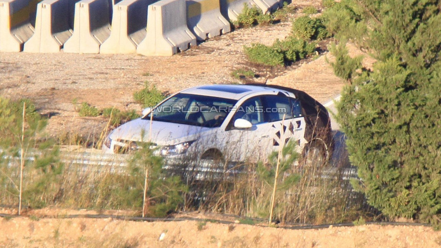 Chevrolet Cruze Hatchback spied for the first time