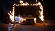 David Coulthard & a blindfolded Dynamo race a Mercedes SL63 AMG [video]