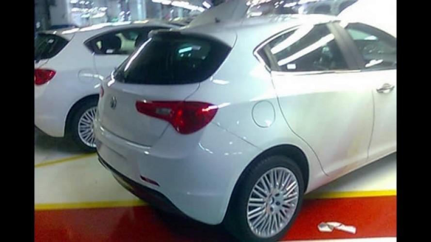 Novo Alfa Romeo Milano: Vazam imagens do novo hatch italiano sem nenhum disfarce