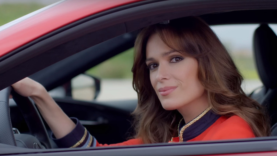 Spanish actress in Lexus LC 500 races fighter jet