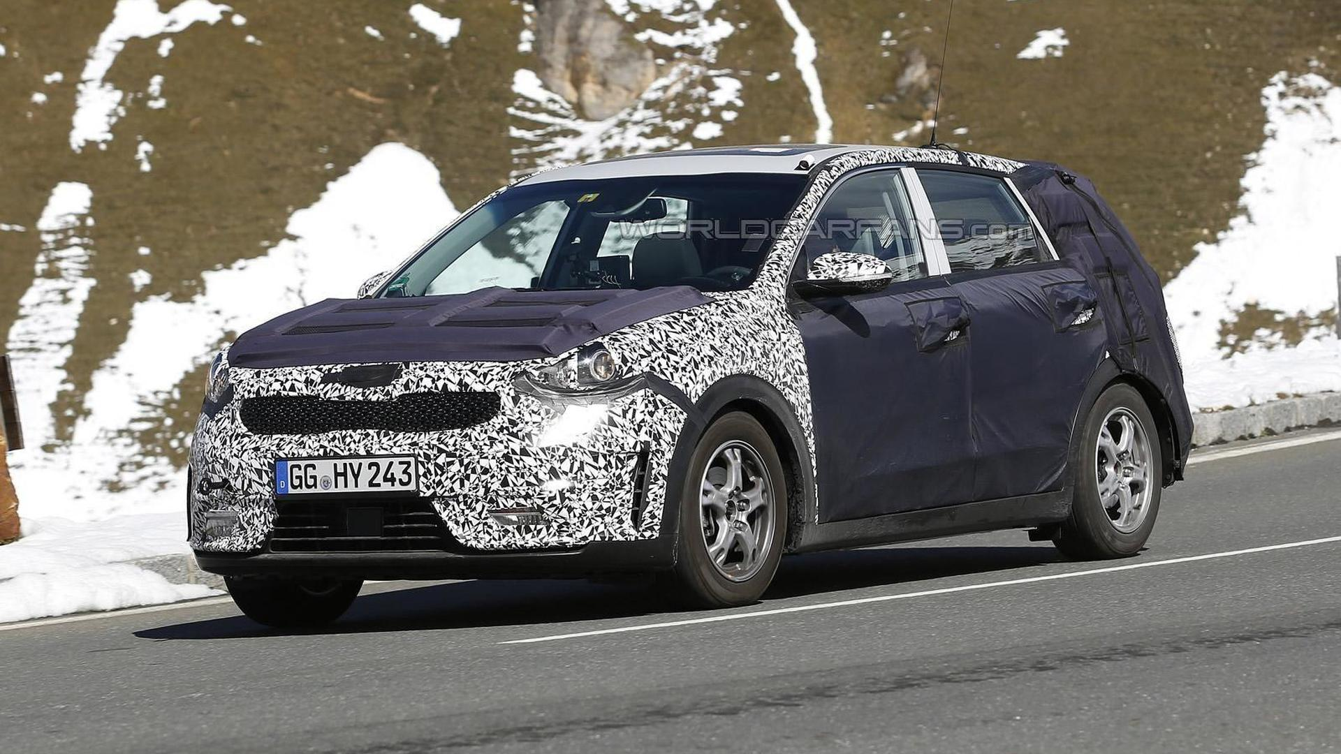 Kia Niro hybrid crossover spied in motion, will be out next year [video]