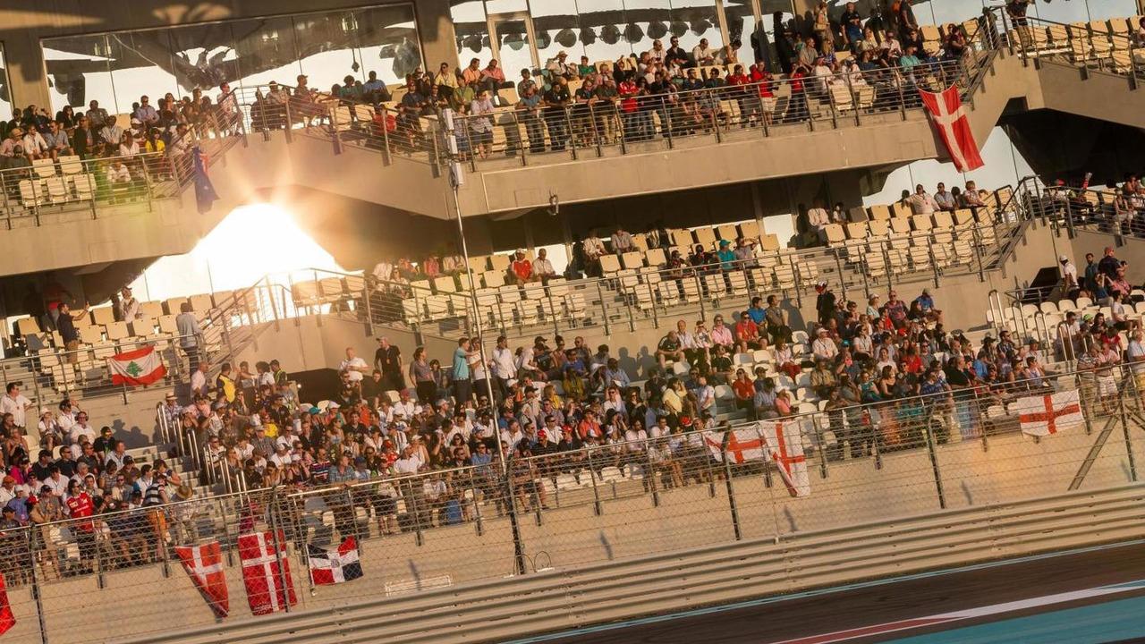 Fans in the grandstand, 23.11.2014, Abu Dhabi Grand Prix, Yas Marina Circuit / XPB