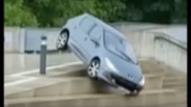 VIDEO - Attention, femme au volant …