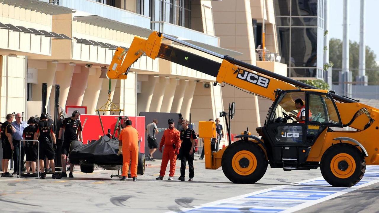 Romain Grosjean (FRA) stops on track, 09.04.2014, Bahrain Test, Day Two, Sakhir / XPB