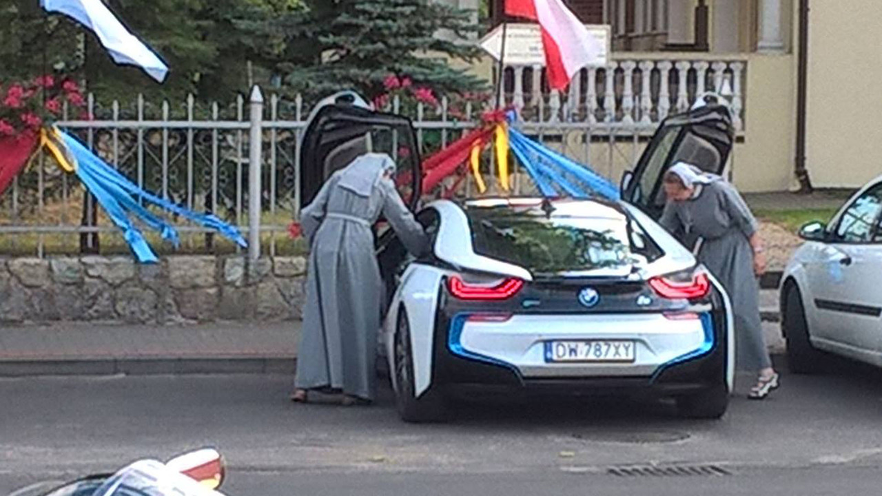 Nuns in an i8