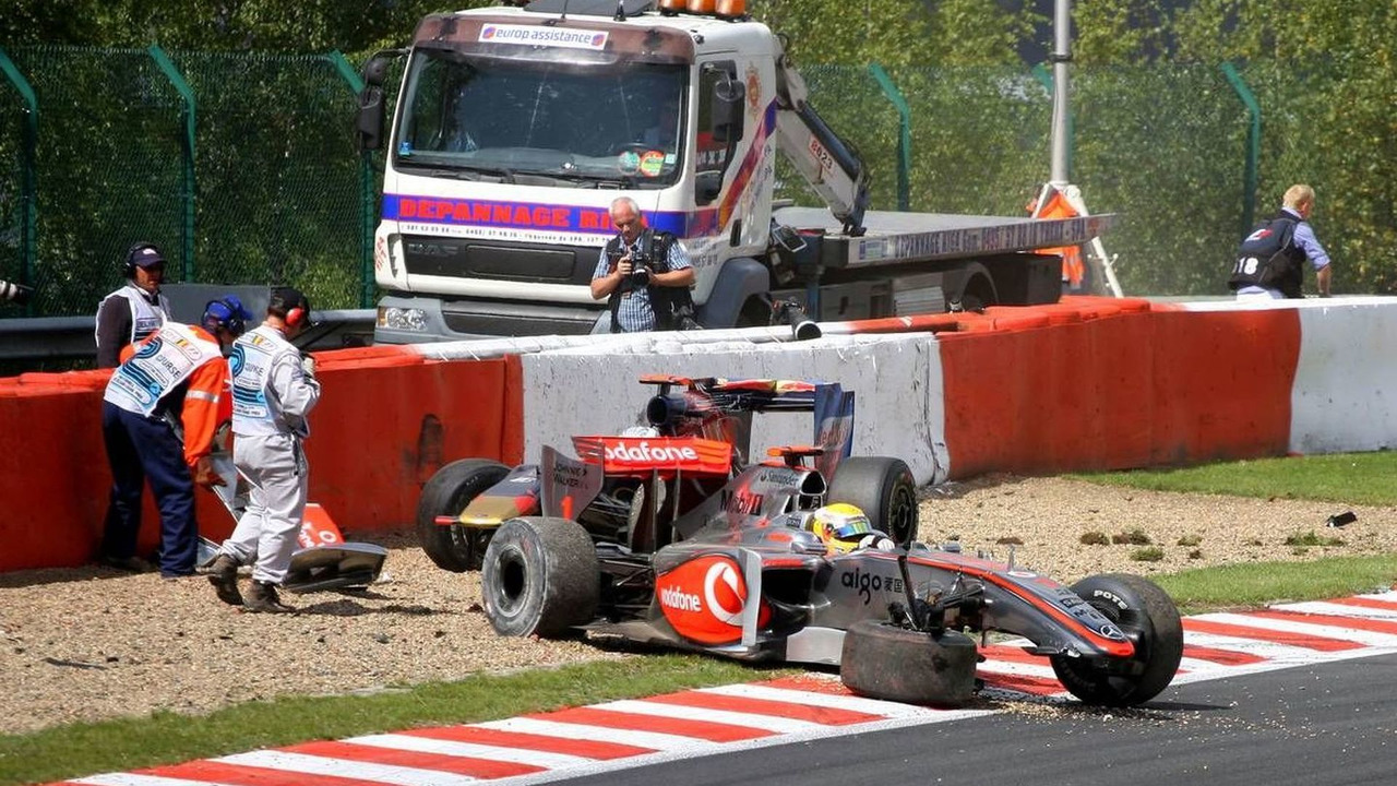 Lewis Hamilton (GBR), Jaime Alguersuari (ESP) crash on the first lap, Belgian Grand Prix, Francorchamps, Belgium 30.08.2009
