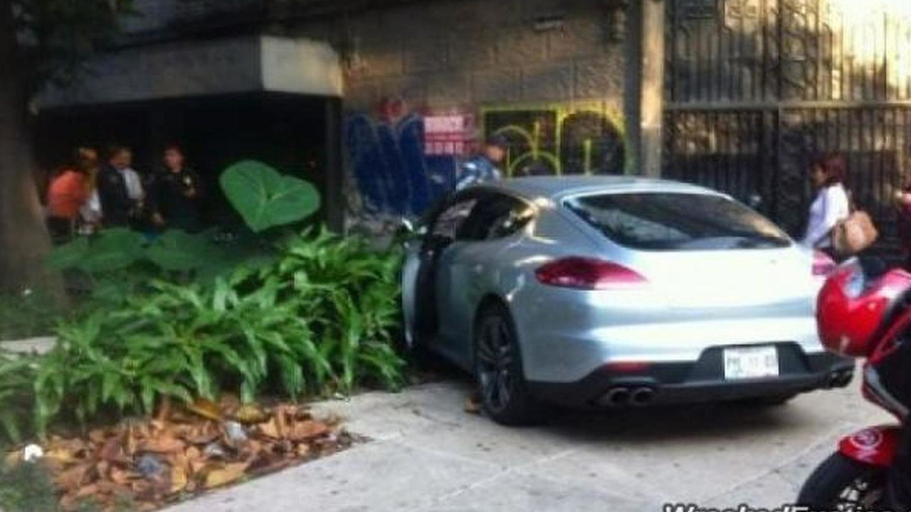 Porsche Panamera Turbo crashed in Mexico City / wreckedexotics.com