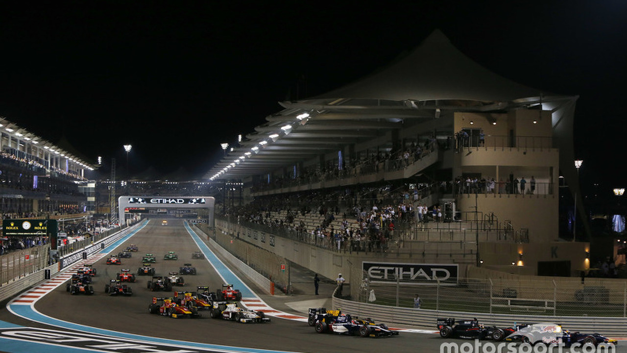 Race 1 Start: Pierre Gasly, DAMS leads Stoffel Vandoorne, ART Grand Prix and the rest of the field