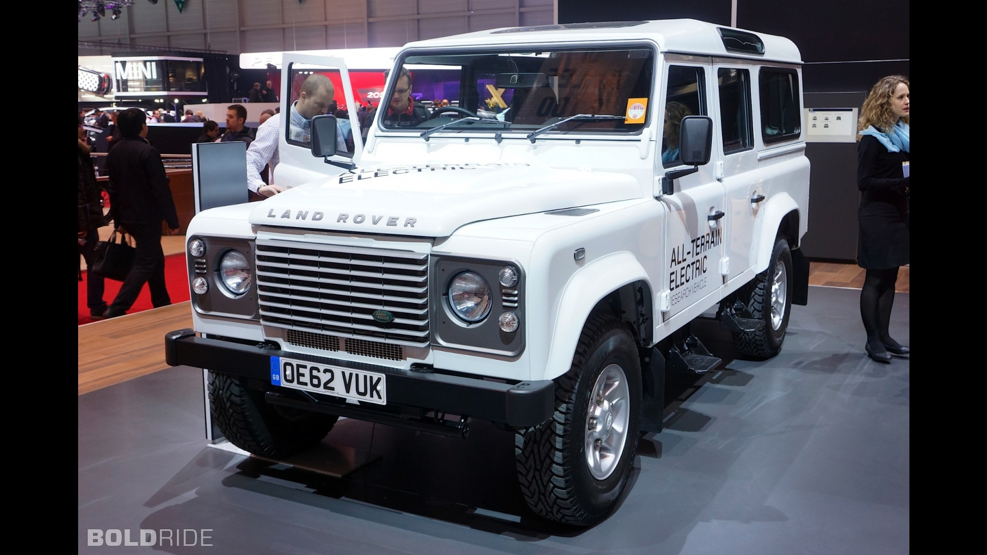 https://icdn-1.motor1.com/images/mgl/26QGz/s1/land-rover-defender-electric-research-vehicle.jpg