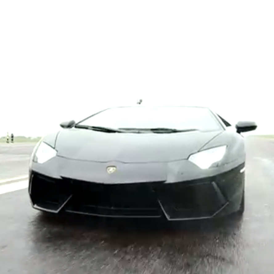 Video: Lamborghini Aventador vs. F16 Fighter Jet