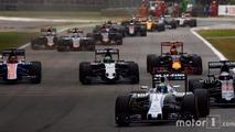 Felipe Massa, Williams FW38 Mercedes, devant Fernando Alonso, McLaren MP4-31 Honda; Nico Hulkenberg, Force India VJM09 Mercedes; Max Verstappen, Red Bull Racing RB12 TAG Heuer et le reste du peloton au départ de la course