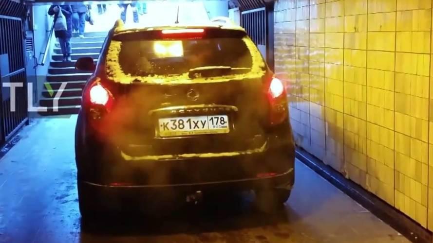 SUV-val a metróban: egy orosz kimerítette a városi terepjáró fogalmát