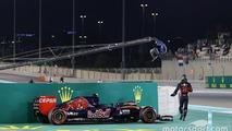 Carlos Sainz Jr., Scuderia Toro Rosso STR10 stops in the second practice session