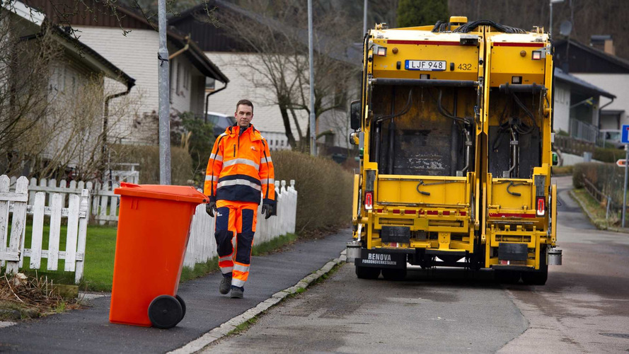 Volvo Garbage Truck Autonomously Reverses To The Next Trash Can