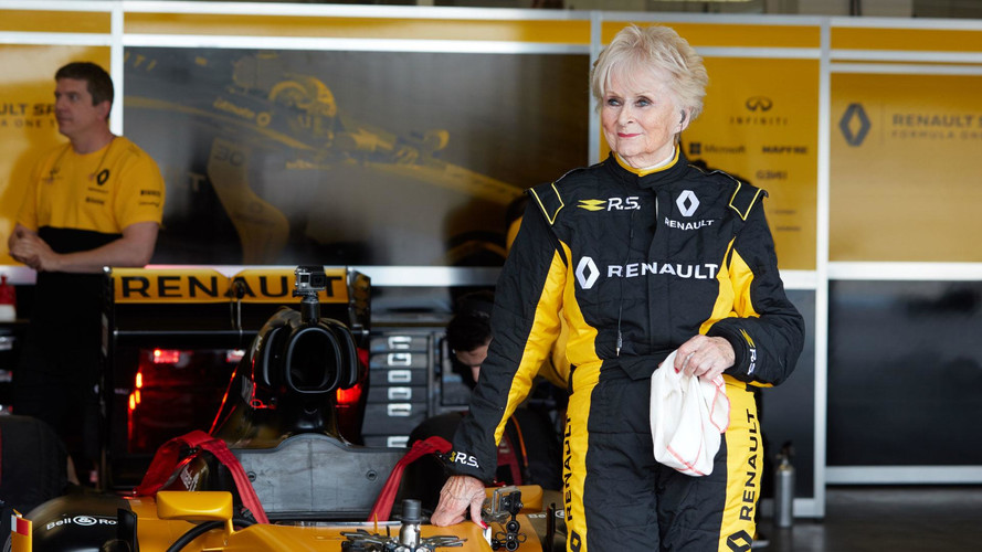 VIDÉO - À 79 ans, elle pilote une Formule 1 !