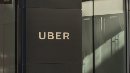 A londoni taxisok örömét nem lehet überelni: kitiltották a fővárosból az UBER-t