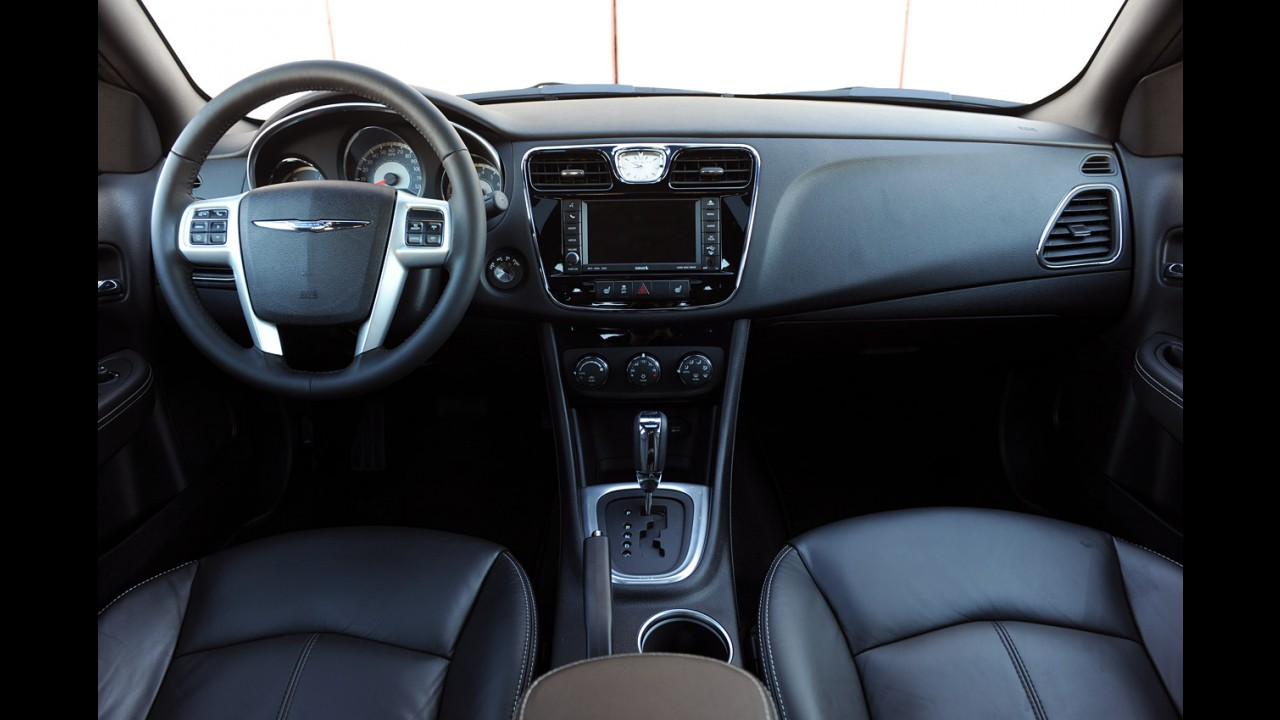 Chrysler 200 desembarca oficialmente no mercado chileno custando o equivalente a R$ 57.570