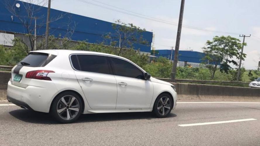 Flagra - Promessa da Peugeot, novo 308 é visto no Rio de Janeiro