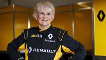 Una mujer de 79 años conduce un monoplaza de F1