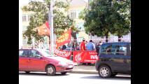 Operai Fiat manifestano davanti al Lingotto