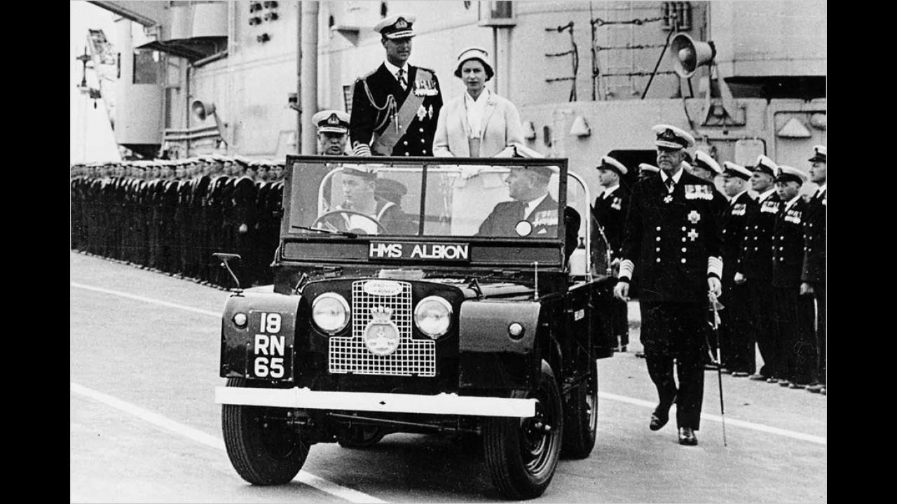 Die Queen samt ihrem Gatten während einer Tour durchs Commonwealth 1957 im offenen Land Rover Series I.