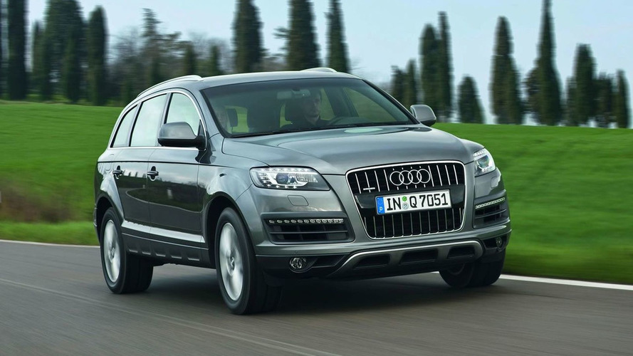 Audi Q7 driver stops in lane three of a highway after gas light comes on