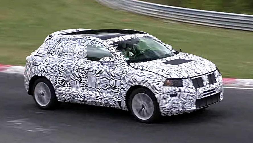Flagra - SUV do novo Polo, VW T-Cross acelera em Nurburgring
