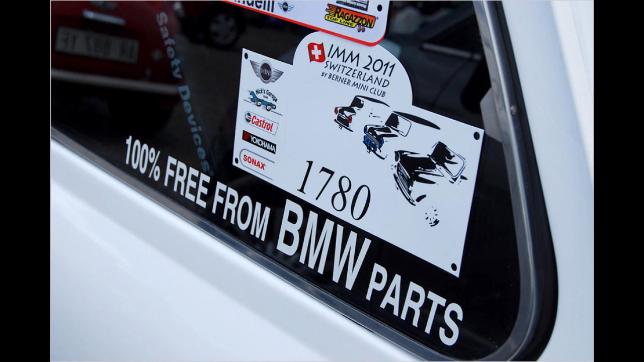 Die Mini-Neuauflage unter BMW-Regie genießt in der Szene einen gemischten Ruf. Der Fahrer dieses Wagens macht seinen Standpunkt mit einem Aufkleber deutlich.