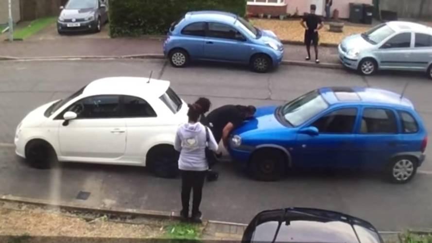 Garaj önünde park eden aracı iten adam Türk çıktı!