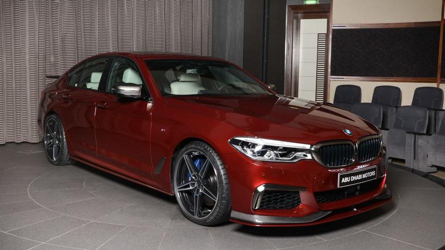 Kırmızı renkli bu BMW M550i dopdolu