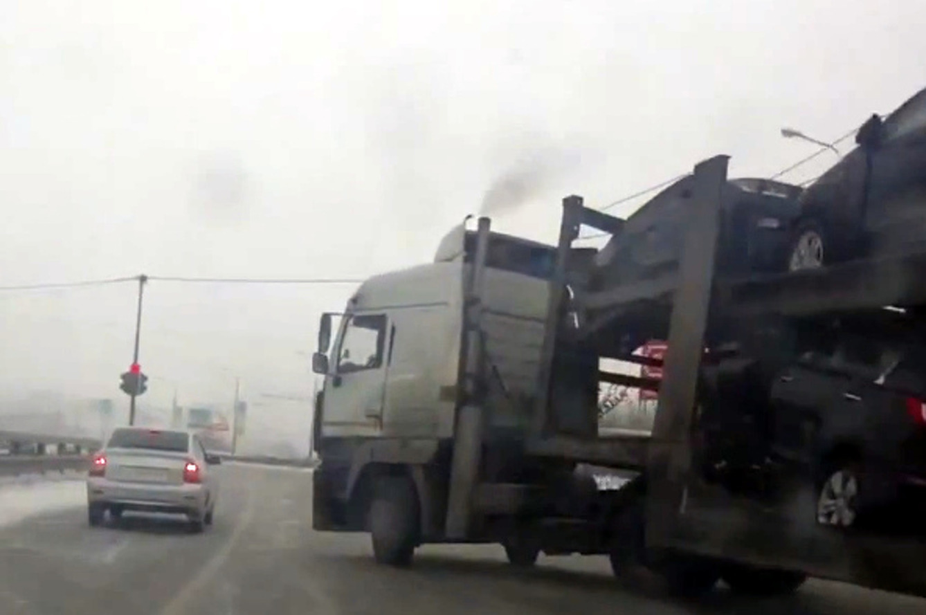 Car Transport Out of Control, Avoids Multiple Crashes