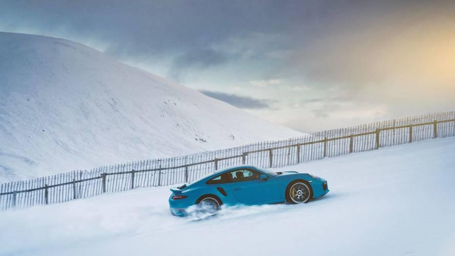 Porsche 911 Turbo S a sípályán