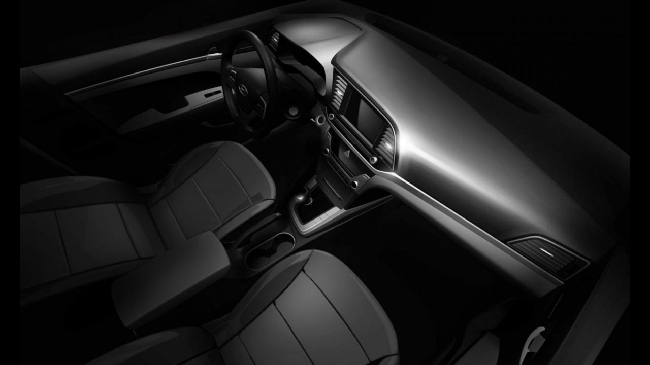 """Novo Hyundai Elantra 2017 é flagrado """"limpinho"""" dentro da fábrica"""