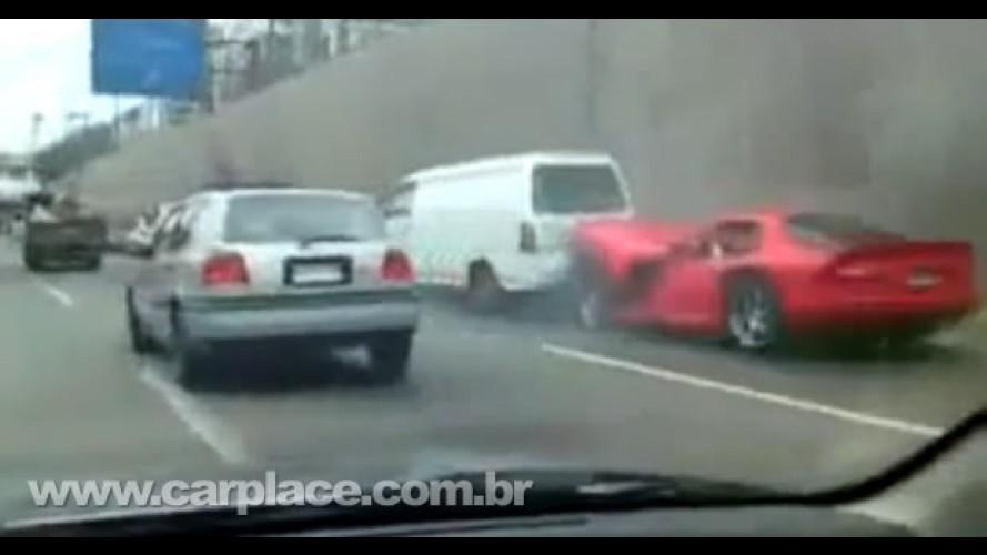 Estava com pressa: VÍDEO mostra Dodge Viper GTS batendo em uma Van