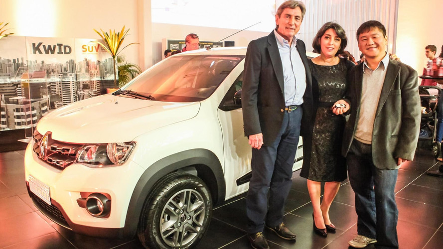 Renault presenteia o primeiro cliente do Kwid com o próprio carro