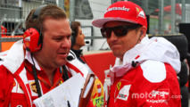 Kimi Raikkonen, Ferrari with Dave Greenwood, Ferrari Race Engineer on the grid