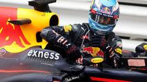 Daniel Ricciardo, Red Bull Racing sort de sa voiture dans le parc fermé