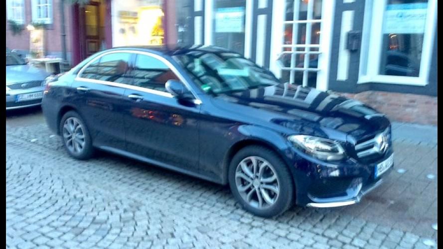 Antes de chegar às concessionárias, novo Mercedes Classe C já é flagrado nas ruas