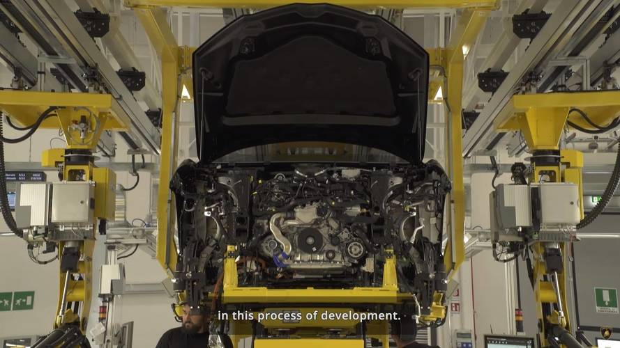 Lamborghini Urus yeni teaser'ında bazı detaylar paylaşıyor