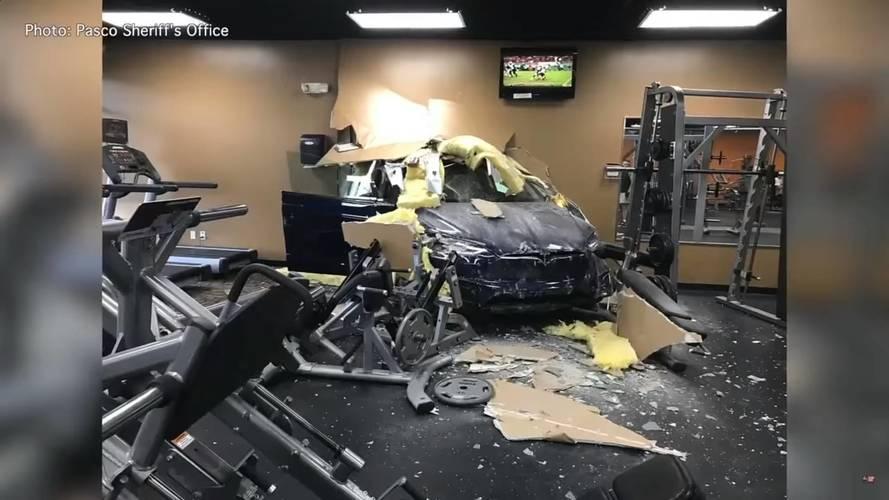 Edzőterembe csapódott egy Tesla Model X, a tulajdonos az autót okolja