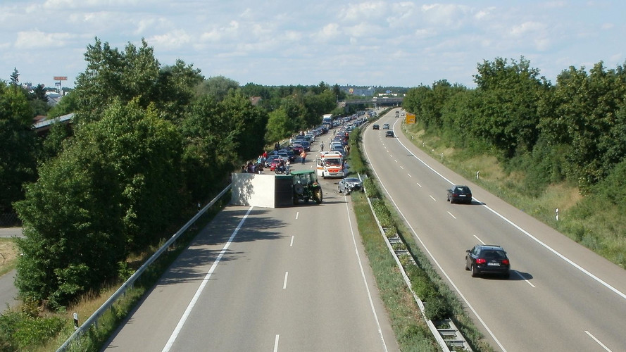 Három jármű ütközött, tizenheten sérültek meg egy reggeli balesetben
