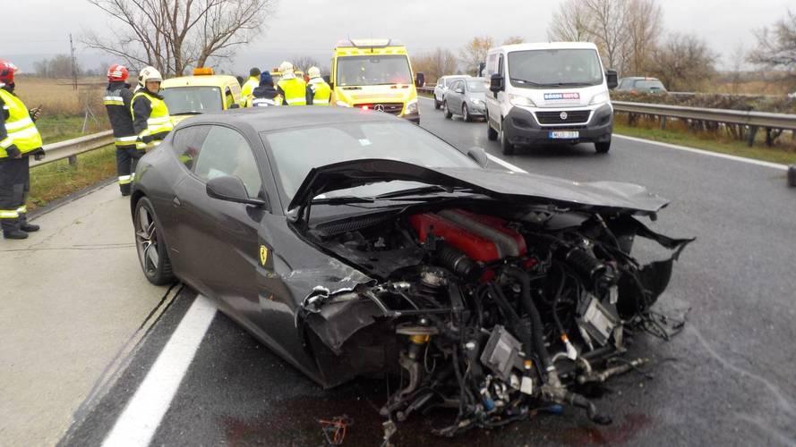 Az M1-es autópályán bontották le egy Ferrari FF orrát