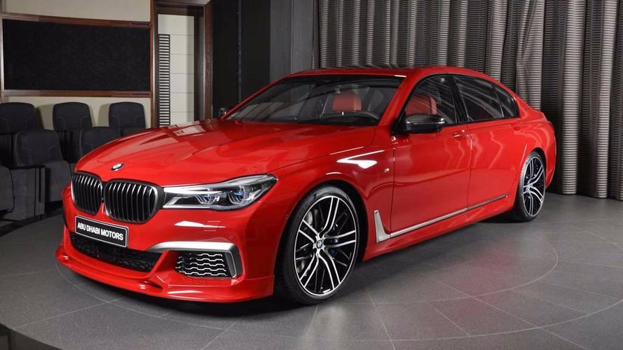 Bu kırmızı BMW M760Li dikkatleri üzerine çekiyor