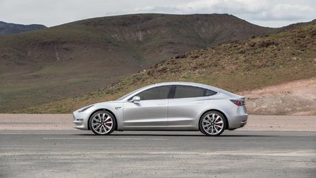 A Tesla-dolgozók szerint hibás alkatrészek miatt csúszik a Model 3 gyártása