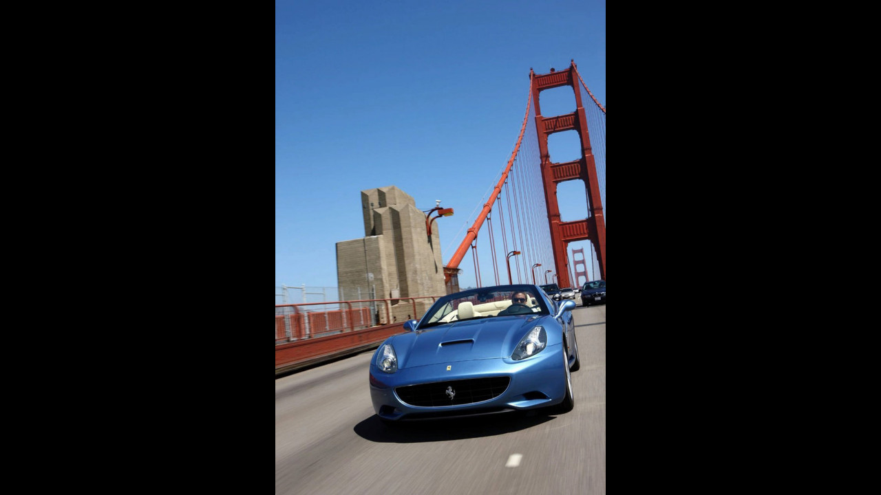 Ferrari California, in Azzurro